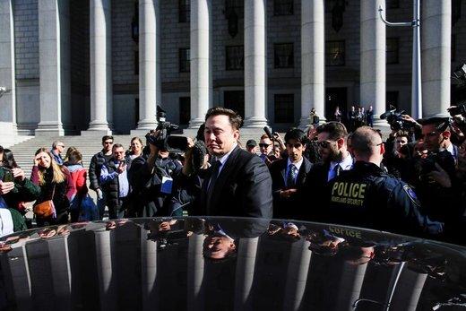 ایلان ماسک، مدیرعامل تسلا، پس از دادرسی از  دادگاه فدرال منهتن در نیویورک خارج میشود