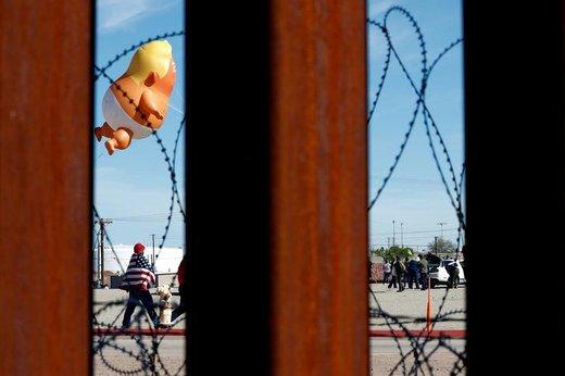 به اهتزاز در آوردن بالن بچه ترامپ در شهر مخیکالی مکزیک در تجمع اعتراضی به بازدید دونالد ترامپ، رئیس جمهوری آمریکا از شهر کالکزیکو کالیفرنیا