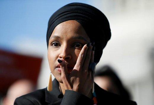 ایلهان عمر، نماینده دمکرات ایالت مینهسوتا، اشک چشمش را پاک می کند، او قرار است لایحهای را در مجلس نمایندگان طرح کند که به اجرای دستور اسلامهراسانه دونالد ترامپ مبنی بر ممنوعیت ورود مسلمانان به آمریکا پایان دهد