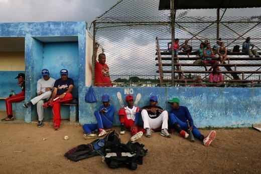 بازیکنان در استادیوم بیسبال واقع در شهر هاوانا کوبا استراحت میکنند