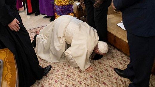 فیلم   اقدام غیرمنتظره پاپ و بوسیدن پای رهبران جنگ سودان!
