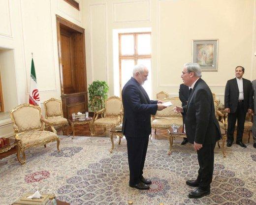 ظريف يدعو الي تذليل العقبات الراهنة في مسار العلاقات بين طهران وباريس