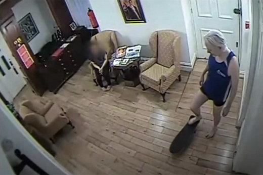 فیلم دوربینهای امنیتی از زندگی خصوصی جولیان آسانژ