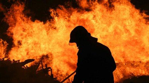 آتشسوزی یک ساختمان ۴ طبقه در خیابان امام خمینی/ آتشنشانها ۲۰ نفر را سالم از ساختمان خارج کردند