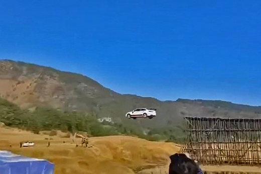 فیلم | پرش از عرض رودخانه با خودرو!