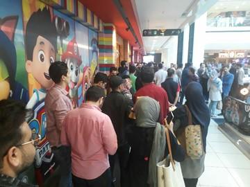 فیلم و عکس   صف طولانی هواداران عادل فردوسیپور در جشن امضای کتابش