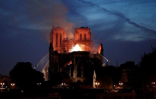 آتش نشانان در حال جنگ با شعلههای سرکش آتش کلیسای نوتردام