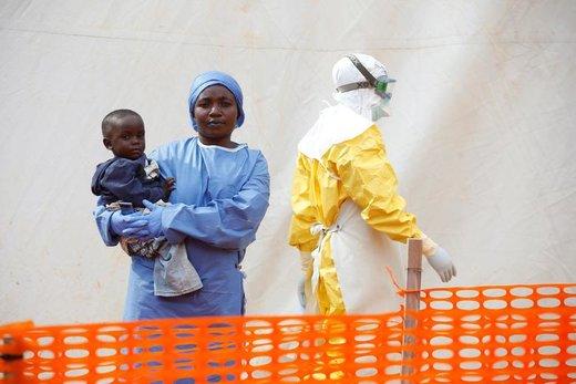 زنی که با وجود ابتلا به ابولا همچنان تسلیم مرگ نشده، در کمپ نگهداری از بیماران مبتلا به این ویروس مرگبار، از نوزادان بیمار مراقبت می کند
