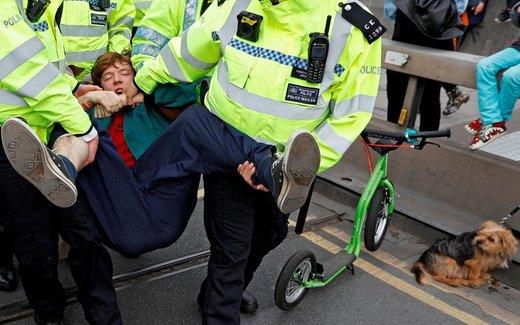پلیس یکی از فعالان معترض به سیاستهای دولتی درباره تغییرات اقلیمی در  پل واترلو لندن را بازداشت کرده است
