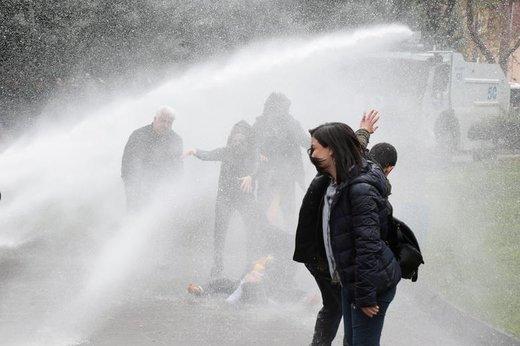 Remziye Tosun، نماینده زن پارلمان ترکیه، که طرفدار کردهای این کشور نیز هست در جریان تظاهراتی در دیاربکر واقع در جنوب شرق ترکیه مجروح شد، تظاهرکنندگان به کنار گذاشتن برخی نامزدهای انتخاب شده در انتخابات شوراها اعتراض می کردند، حدود 100 نفر در اعتراض به تصمیم هفته گذشته کمیته عالی انتخابات, در منطقه باغلار در دیاربکر دست به تظاهرات زدند