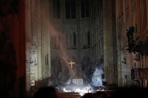دود ناشی از آتشسوزی کلیسای نوتردام پاریس به اطراف محراب و مقابل صلیب رسیده است