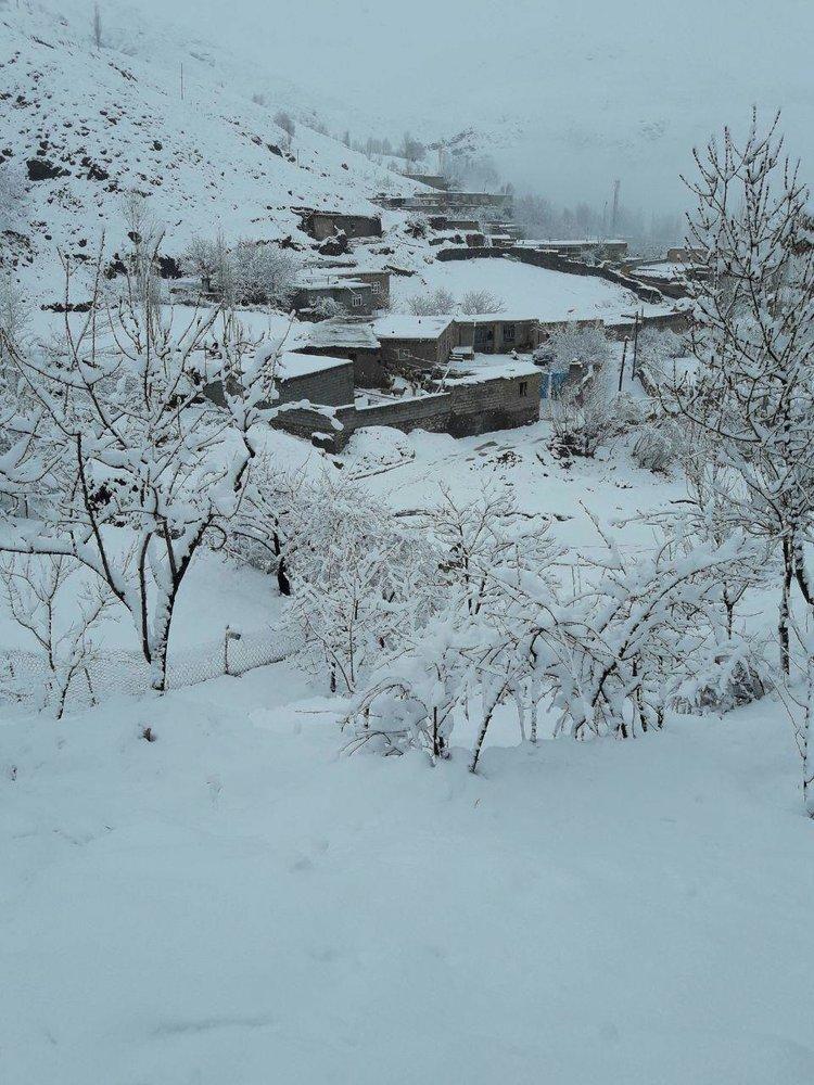بارش برف در آخرین روز فروردینماه در روستای آلمالو خوی