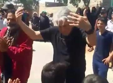 فیلم | حمله ملخها، رقص رضا کیانیان و شعار سیاسی برای فردوسیپور
