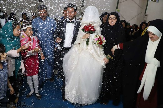 جشن ازدواج زوج جوان در اردوگاه اسکان شهید هاشمی اهواز