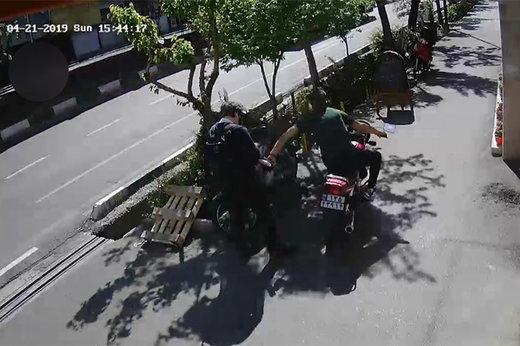 فیلم | لحظه قاپیدن موبایل یک خبرنگار در کریمخان تهران!