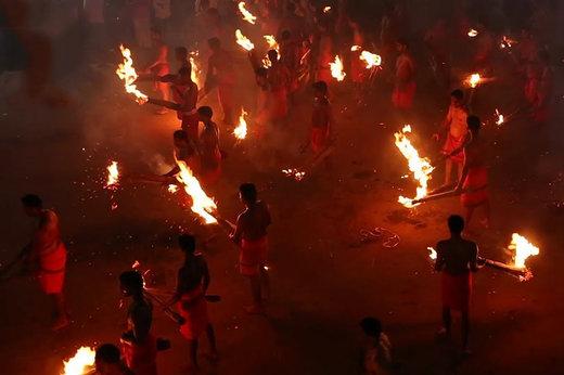 فیلم | پرتاپ مشعل به یکدیگر در یک آیین هندی!