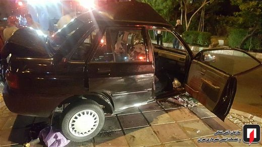 تصادف پراید با تیر چراغ برق در خیابان سردار جنگل