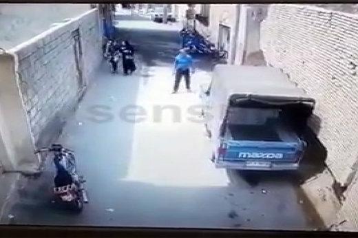 فیلم | لحظه هولناک ریزش دیوار بلند و عریض در کوچه باریک در ایران!
