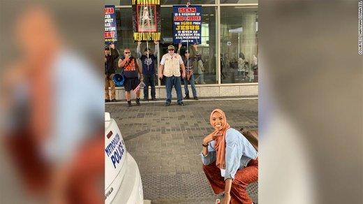 عکسی که جهانی شد؛ جلوی اسلامستیزها لبخند بزن!