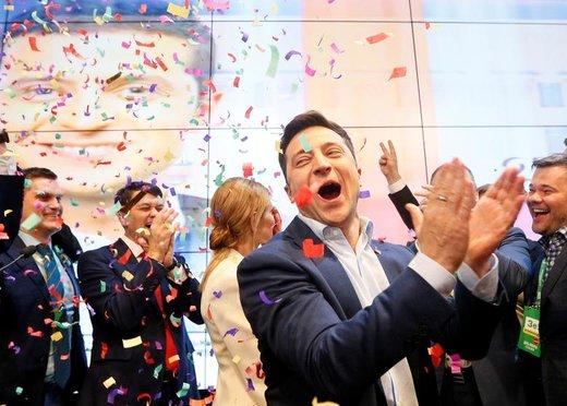 واکنش ولادیمیر زِلِنسکی، کمدین ٤١ ساله، پس از کسب موفقیت در دور نخست انتخابات ریاست جمهوری اوکراین در ستاد انتخاباتی خود در شهر کییف
