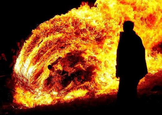 چرخ چوبی که مملو از کاه است در جشن سنتی در شهر لوجه آلمان آتش زده شده است
