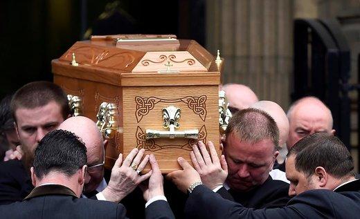 حمل تابوت لیرا مککی، روزنامهنگار، در مراسم تشییعش در شهر بلفاست ایرلند شمالی