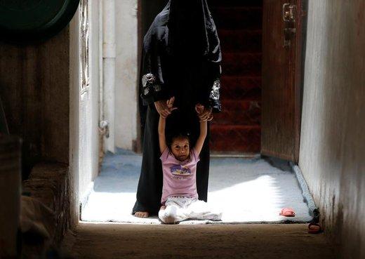 یک دختر واکسیناسیون وبا را نمیپذیرد که خانه به خانه در شهر صنعا یمن به اجرا در میآید