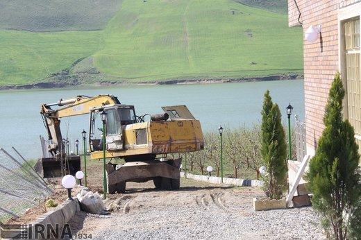 تخریب ساخت و سازهای غیرمجاز حاشیه سد مهاباد