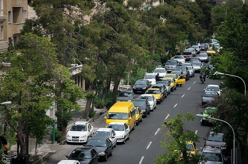 ایرنا نوشت: رئیس هیات امنای اتحادیه جایگاهداران سوخت کشور، علت شلوغی جایگاه های سوخت را دو نرخی شدن بنزین و دلالبازی برخی سواستفاده کنندگان ذکر کرد.