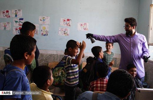 اصلاح موی سر کودکان سیلزده در خوزستان