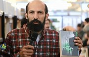 فیلم | تقدیم کتاب به عادل فردوسیپور روی آنتن زنده