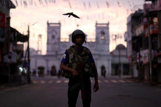 یک افسر امنیتی چند روز پس از حملات انتحاری به کلیساها و هتلهای لوکس در سریلانکا از  کلیسای سنتآنتونی نگهبانی میکند