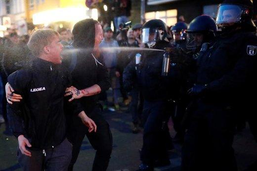پلیس در تظاهرات روز کارگر در شهر برلین آلمان از اسپری فلفل استفاده میکند