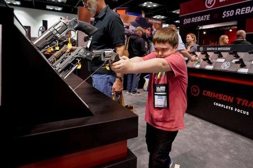 یک شرکت کننده جوان در نمایشگاه سالانه اسلحه و لوازم جانبی در ایندیاناپولیس آمریکا