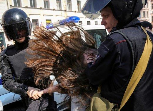 افسران پلیس در جریان تظاهرات روز کارگر در شهر سن پترزبورگ روسیه یک تظاهرکننده مخالف را بازداشت کردند