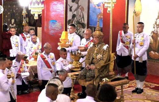 فیلم | تاجگذاری پادشاه تایلند بعد از عروسی جنجالیاش