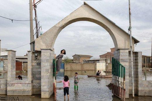 عسل سلاق 9 ساله، در حال بازی با کودکان بالای در ورودی قبرستان قوشتپه رفته است، در حالی که مردی با استفاده از قایق پارویی از میان سیلاب عبور میکند