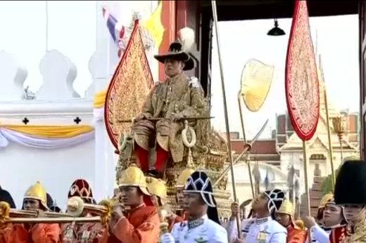 فیلم | پادشاه جدید تایلند روی دست بردند