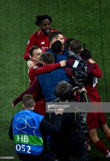 خوشحالی بازیکنان لیورپول پس از گل سوم