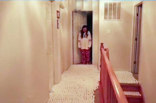 فیلم   اگر خانه را با تخم مرغ فرش کنید چه اتفاقی میافتد؟