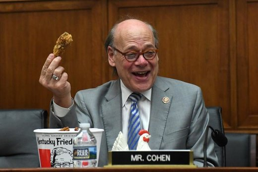 استفان کوهن، یکی از نمایندگان مجلس نمایندگان آمریکا در پی عدم حضور دادستان کل این کشور در کمیته قضایی مجلس به منظور پاسخ به سوالات درباره گزارش مولر، به جای او مرغ سرامیکی قرار داد و در مجلس مشغول خوردن مرغ سوخاری را که قبلا سفارش داده بود، شد