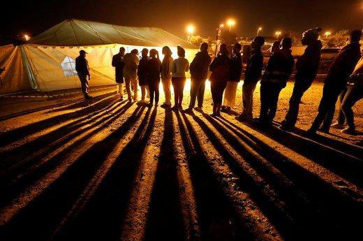 حضور شرکت کنندگان در انتخابات پارلمانی آفریقای جنوبی در یک مرکز اخذ رای در شهر ژوهانسبورگ