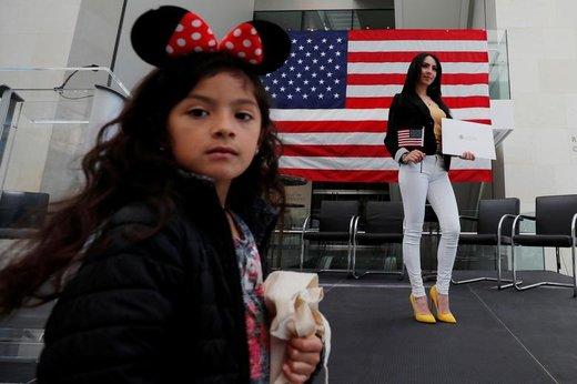 Maria Tejada، که اصلیت او السالوادوری است، پس دریافت تابعیت آمریکایی، با دختر پنج ساله در مراسمی در موزه هنرهای زیبا در شهر بوستون ایالت ماساچوست حضور دارد