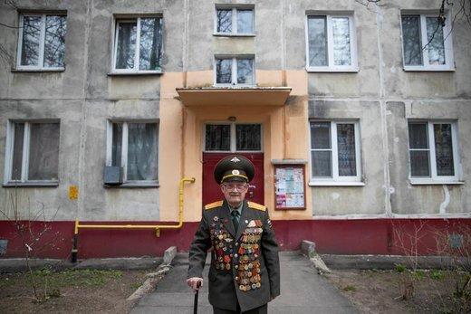 Nikolay Bagayev، کهنه سرباز 100 ساله جنگ جهانی دوم، یونیفورم خود را برای حضور در  هفتاد و چهارمین سالگرد پیروزی جنگ جهانی دوم در شهر کورولیوف روسیه پوشیده است
