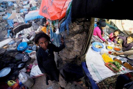 یک دختر آواره که از جنگ در استان تعز یمن فرار کرده، در ماه رمضان در حومه شهر صنعا دیده میشود