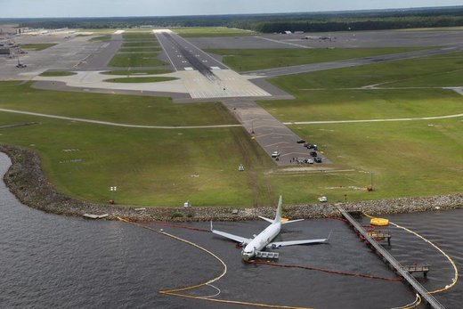 یک فروند هواپیمای بوئینگ 737 که 136 نفر سرنشین داشت در رودخانه سنت جونز  در ایالت فلوریدای آمریکا فرود اضطراری کرد، هیچ یک از سرنشینان این هواپیما کشته نشدند
