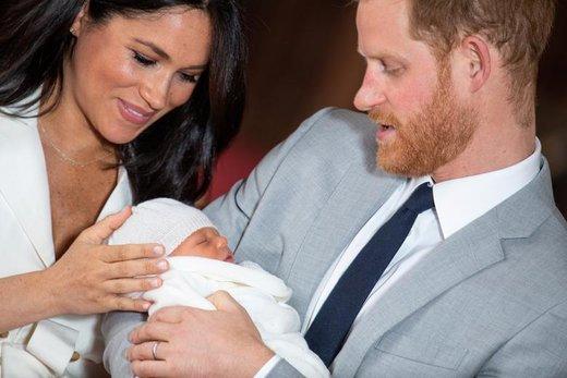 پرنس هری و مگان، دوک و دوشس ساسکس، از نخستین فرزندشان که پسر است  6 می متولد شده در کاخ وینزور واقع در  بارکشر انگلستان رونمایی کردند.
