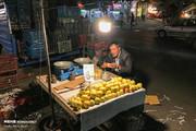 تصاویر | لحظه ملکوتی افطار در گوشه دنجی از شهر