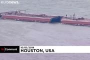 فیلم | تصادف و واژگونی شناور نفتی در آمریکا
