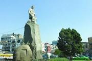 تصویری از مجسمه فردوسی در حال ساخت/ کودک پای مجسمه کیست؟